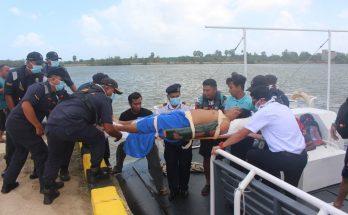Salah seorang pesakit strok dibawa ke jeti Maritim Malaysia Kelantan, semalam.